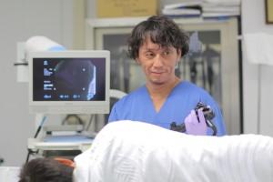内視鏡で渋い表情の岡田一貴医師